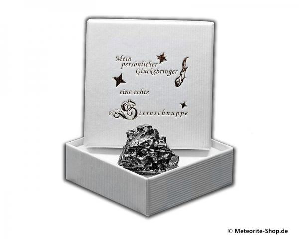 Glücksbringer-Sternschnuppe als Eisenmeteorit in weißer Glücksbringer-Geschenkbox