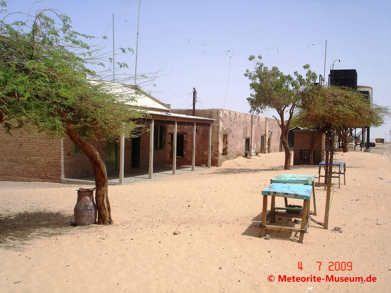 Almahata Sitta Bahnstation Nummer 6 mit Bänken, Unterkünften und Bäumen in der nubischen Wüste im Sudan