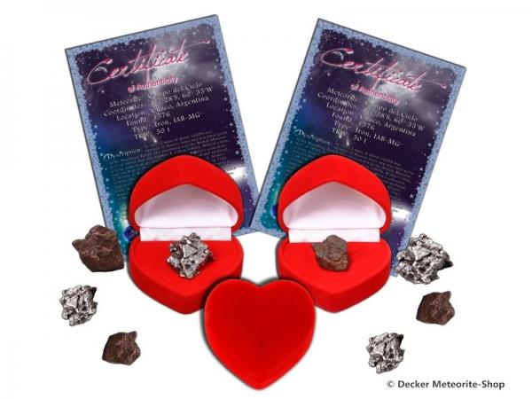 Sternschnuppe z.B. für die Freundin als Eisenmeteorit oder Steinmeteorit in roter Herzbox mit Zertifikat und persönlicher Widmung