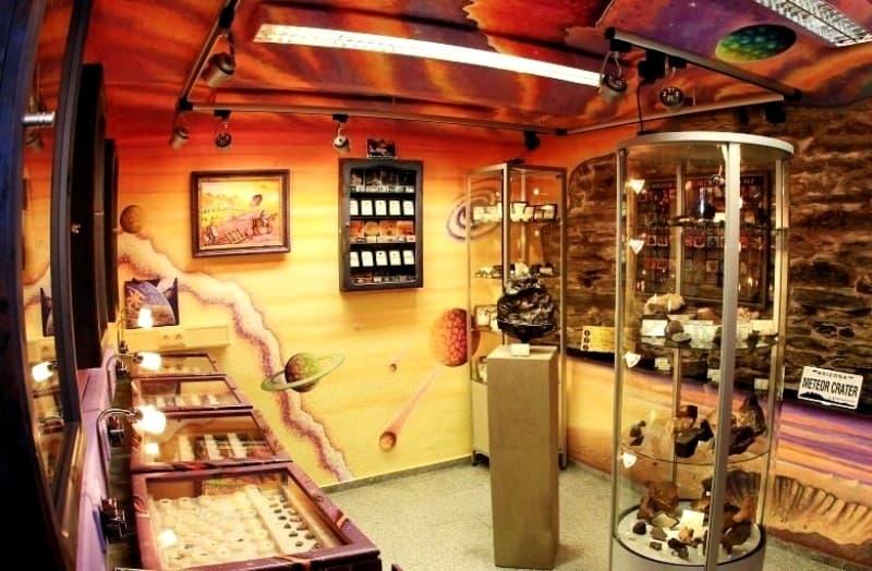 Hauptaustellungsraum im Decker Meteorite-Museum