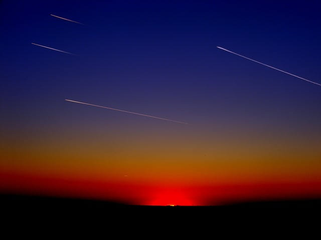 Eine Sternschnuppe am Nachthimmel ist eine wunderschöne, aber leider vergängliche Leuchterscheinung