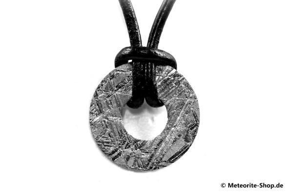 Eisen-Meteorit-Anhänger (Muonionalusta | Donut | Gr. Ø | Rhodiniert) Rückansicht