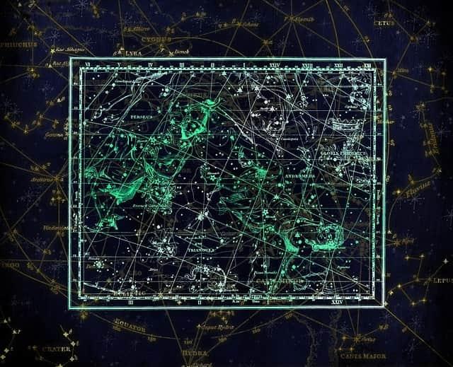 Sternschnuppennächte im Sternbild Perseus: Jährlich wiederkehrend sind vom 17. Juli bis 24. August die Sternschnuppen der Perseiden im Sternbild Perseus zu sehen