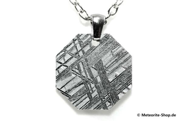 Eisen-Meteorit-Anhänger (Muonionalusta | Achteck | Rhodiniert) Vorderansicht