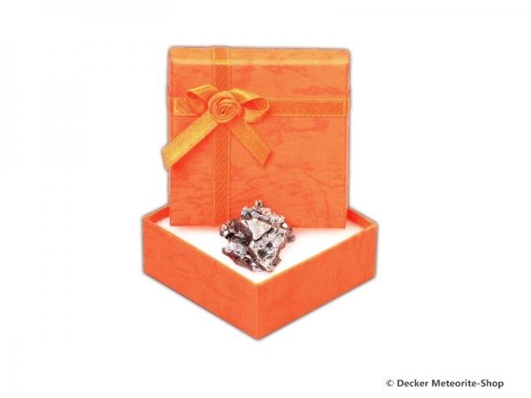 Sternschnuppe z.B. zum Geburtstag als Eisenmeteorit in orangener Geschenkbox