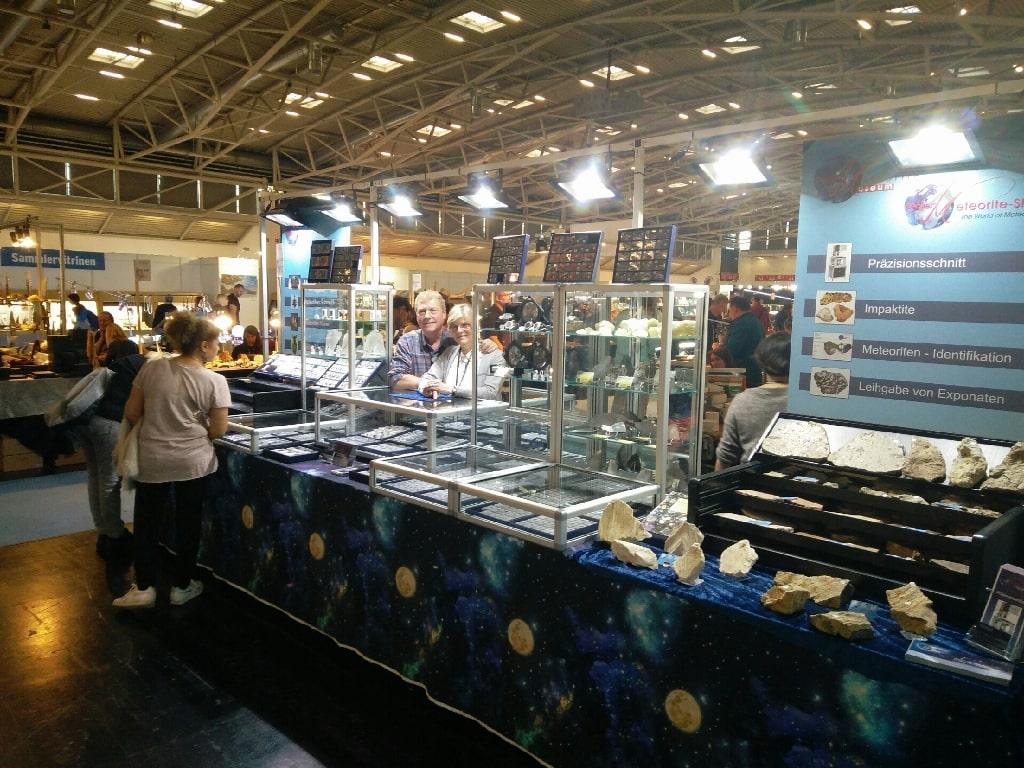Gabriele und Stephan Decker mit dem neuen Stand des Decker Meteorite-Shop auf der Munich Show 2019