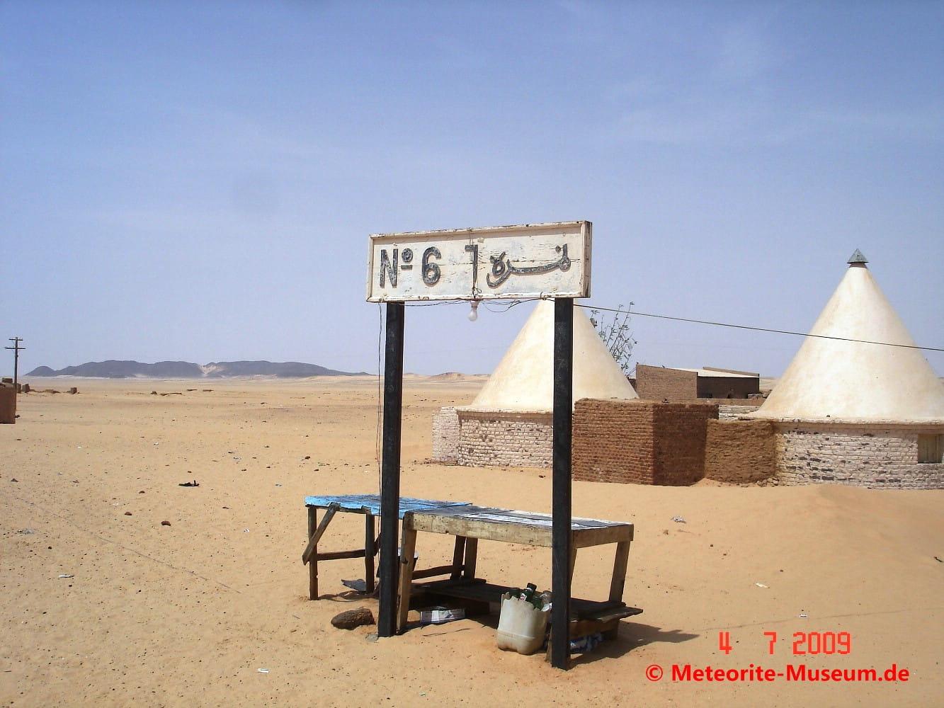 """""""Almahata Sitta"""" (arabisch für Station 6) Bahnstation in der nubischen Wüste im Sudan"""