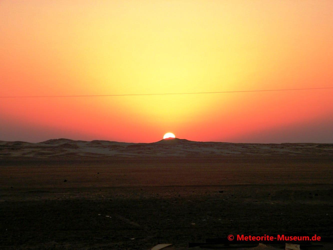 Sonnenuntergang in der nubischen Wüste nahe der Almahata Sitta Meteoriten-Fundstelle