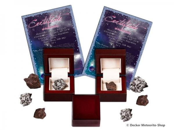 Sternschnuppe z.B. zur Hochzeit als Eisenmeteorit oder Steinmeteorit in bordeaux roter Geschenkbox mit Zertifikat und persönlicher Widmung