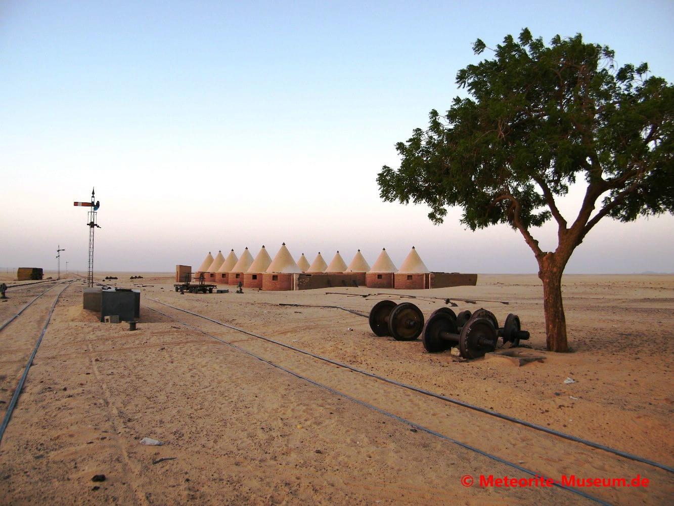 Ersatzräder für Züge und Unterkünfte für die Wartezeit an der Bahnstation Almahata Sitta in der nubischen Wüste im Sudan