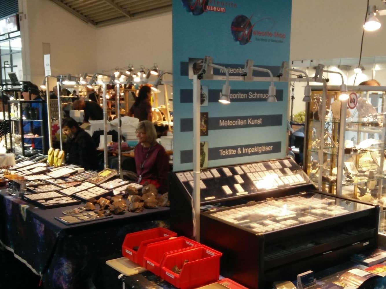 Stand des Decker Meteorite-Shop auf der The Munich Show - Mineralientage München 2018
