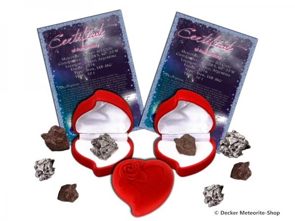 Sternschnuppe z.B. zum Muttertag als Eisenmeteorit oder Steinmeteorit in roter Rosen-Herzbox mit Zertifikat und persönlicher Widmung