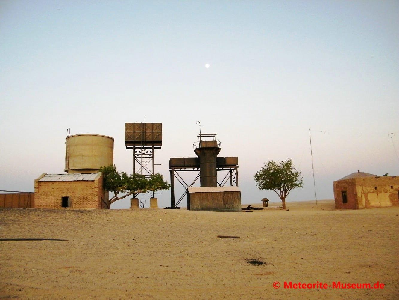 Wasservorrat sowie Versorgungshäuser an der Bahnstation Almahata Sitta in der nubischen Wüste im Sudan
