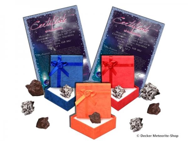 Sternschnuppe z.B. zum Geburtstag als Eisenmeteorit oder Steinmeteorit in blauer, roter oder orangener Geschenkbox mit Zertifikat und persönlicher Widmung
