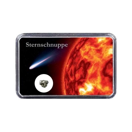 Sternschnuppe im Weltall vor der Sonne